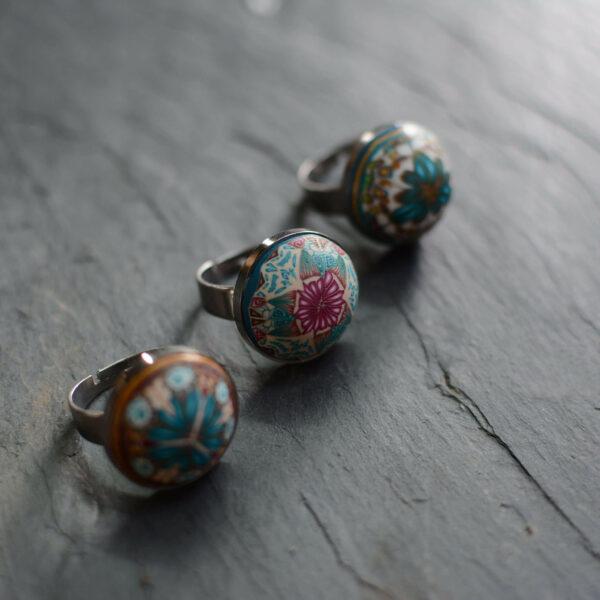 Anillo artesanal handmade cantabria millefiori caleidoscopio joyas encantadas acero regulable colores