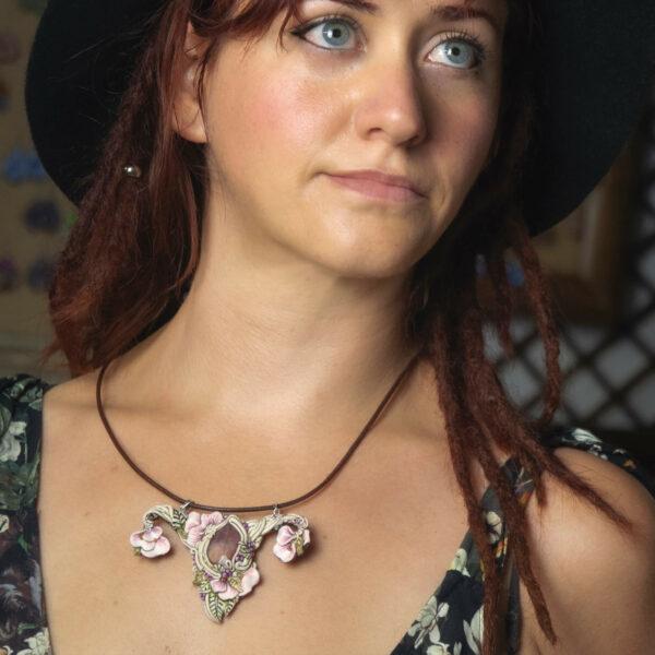 Collar colagante medallón arcilla hechoamano handmade artesanal artesano único arte útero feminismo feminista femenino mujer