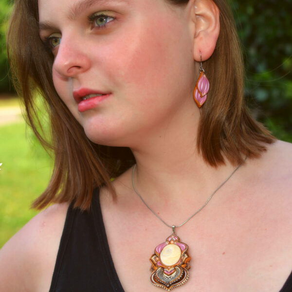 Collar colgante arcilla polimérica millefiori artesanía handmade hippie boho chic opértculo rosa dorado modelo