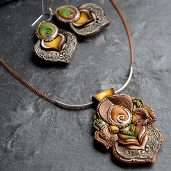 semipreciosa, lapislázuli, azul elegante joyería creativa collar colgante medallón artesanía artesanal cantabria gota verde