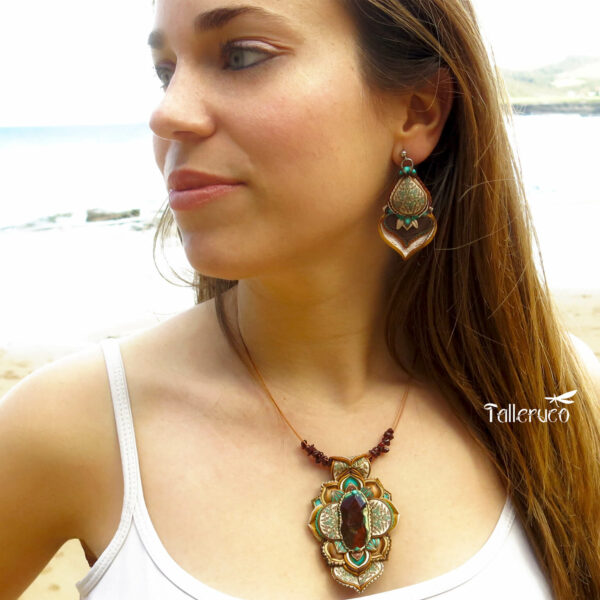 medallón colgante collar cuero arcilla polimérica flor largo artesanía handmade ágata facetada marrón