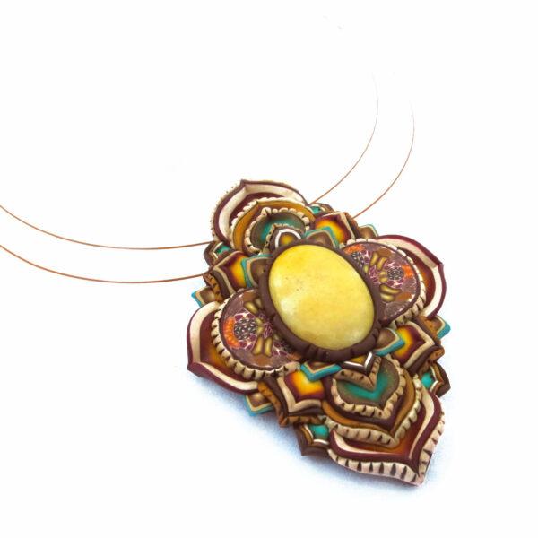 Prímula medallón colgante collar cuero arcilla polimérica flor largo artesanía handmade árbol de la vida semipreciosa beso amarillo lateral