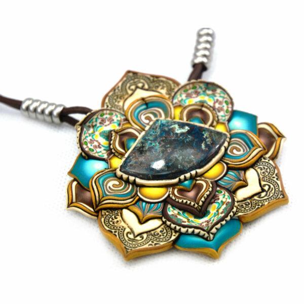 medallón colgante collar cuero arcilla polimérica flor largo artesanía handmade crisocola azul amarillo abanico