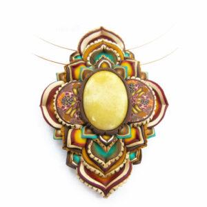 medallón colgante collar cuero arcilla polimérica flor largo artesanía handmade semipreciosa amarilla