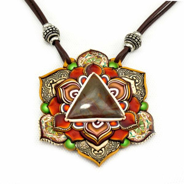 medallón colgante collar cuero arcilla polimérica flor largo artesanía handmade triángulo de piedra
