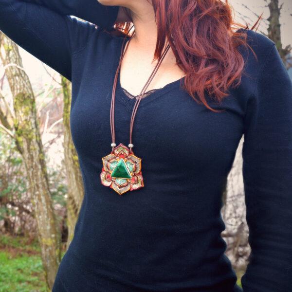 medallón colgante collar cuero arcilla polimérica flor largo artesanía handmade triángulo malaquita modelo