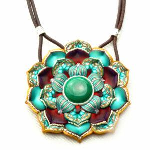 medallón colgante collar cuero arcilla polimérica flor largo artesanía handmade verde dorado malaquita
