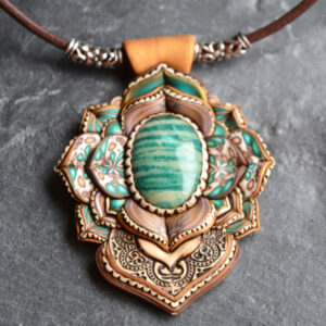 semipreciosa, lapislázuli, azul elegante joyería creativa collar colgante medallón artesanía artesanal cantabria amazonita dorado