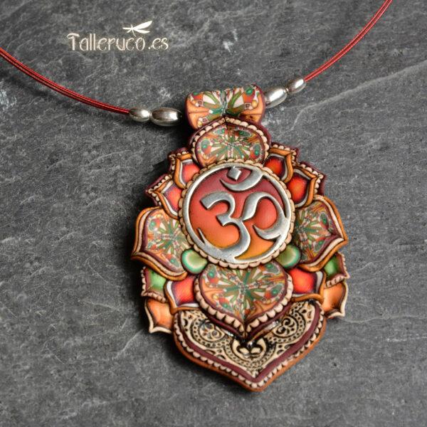 semipreciosa, lapislázuli, azul elegante joyería creativa collar colgante medallón artesanía artesanal cantabria plata om símbolo sagrado rojo