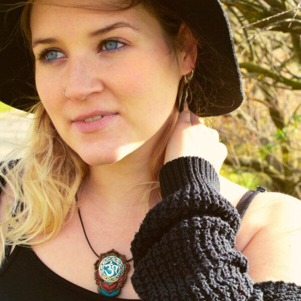 semipreciosa, lapislázuli, azul elegante joyería creativa collar colgante medallón artesanía artesanal cantabria plata símbolo celta om sagrado