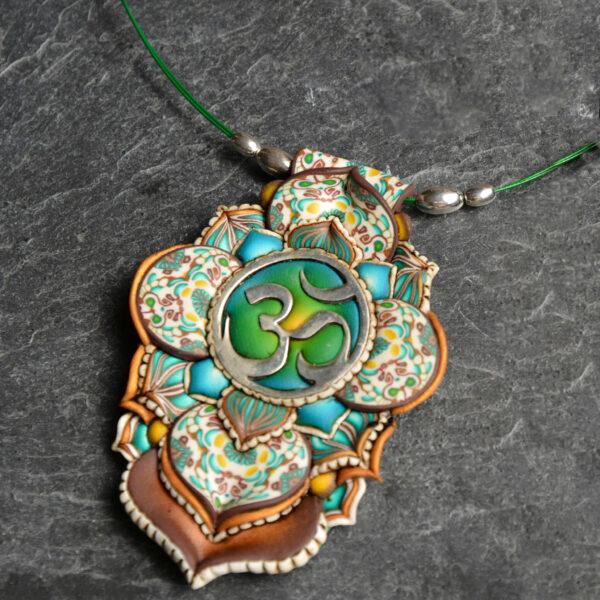 semipreciosa, lapislázuli, azul elegante joyería creativa collar colgante medallón artesanía artesanal cantabria plata símbolo om sagrado verde turquesa