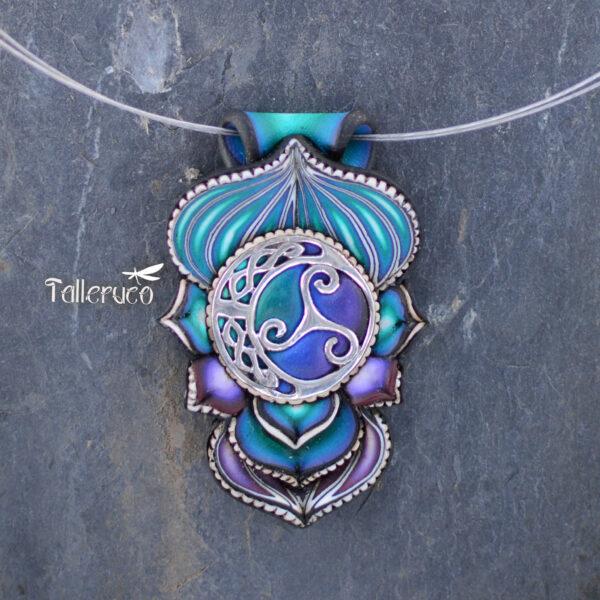 semipreciosa, lapislázuli, azul elegante joyería creativa collar colgante medallón artesanía artesanal cantabria plata símbolo trisquel triskel celta